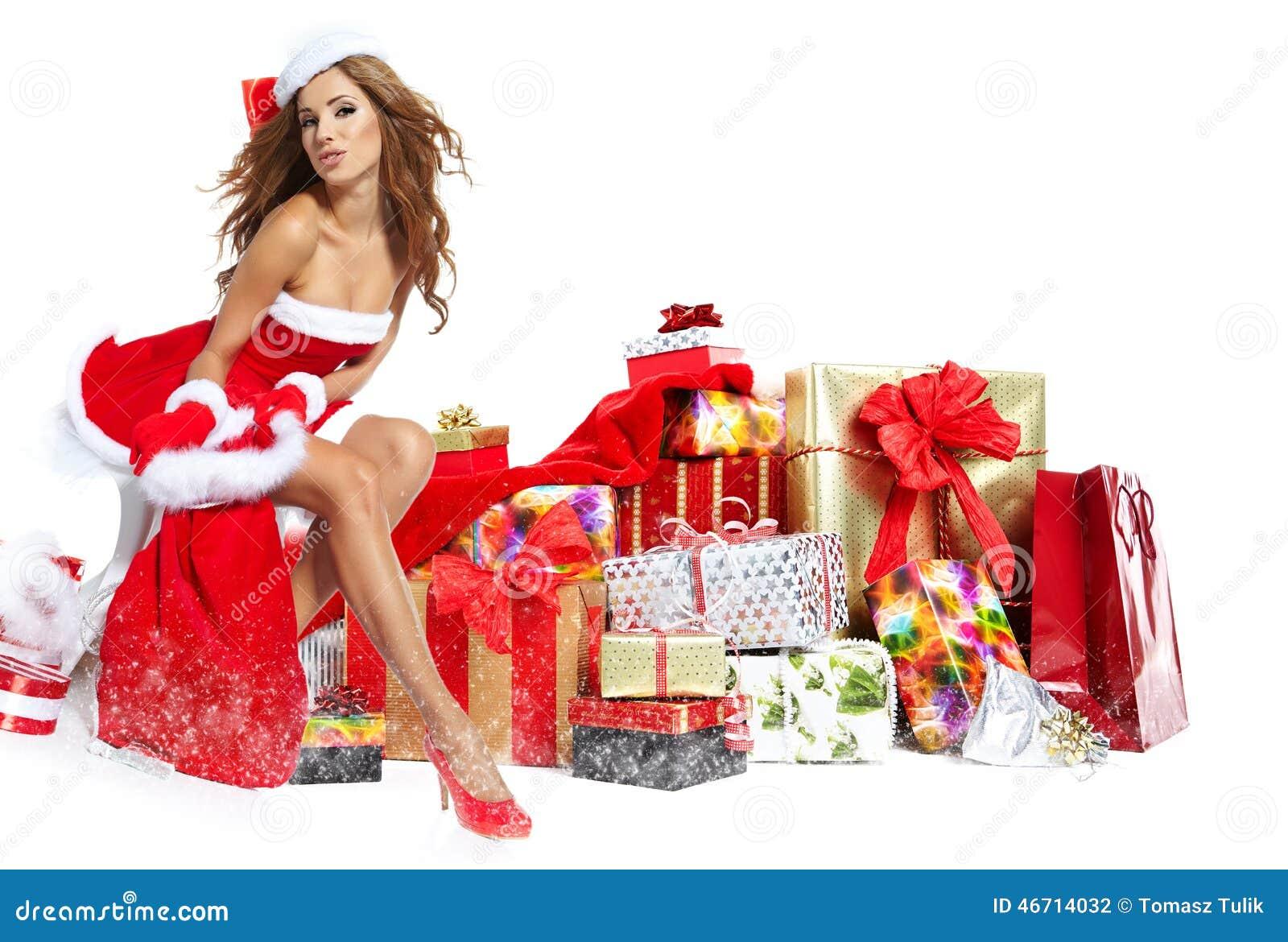 Mooi meisje dat de kleren van de Kerstman met Kerstmis g draagt