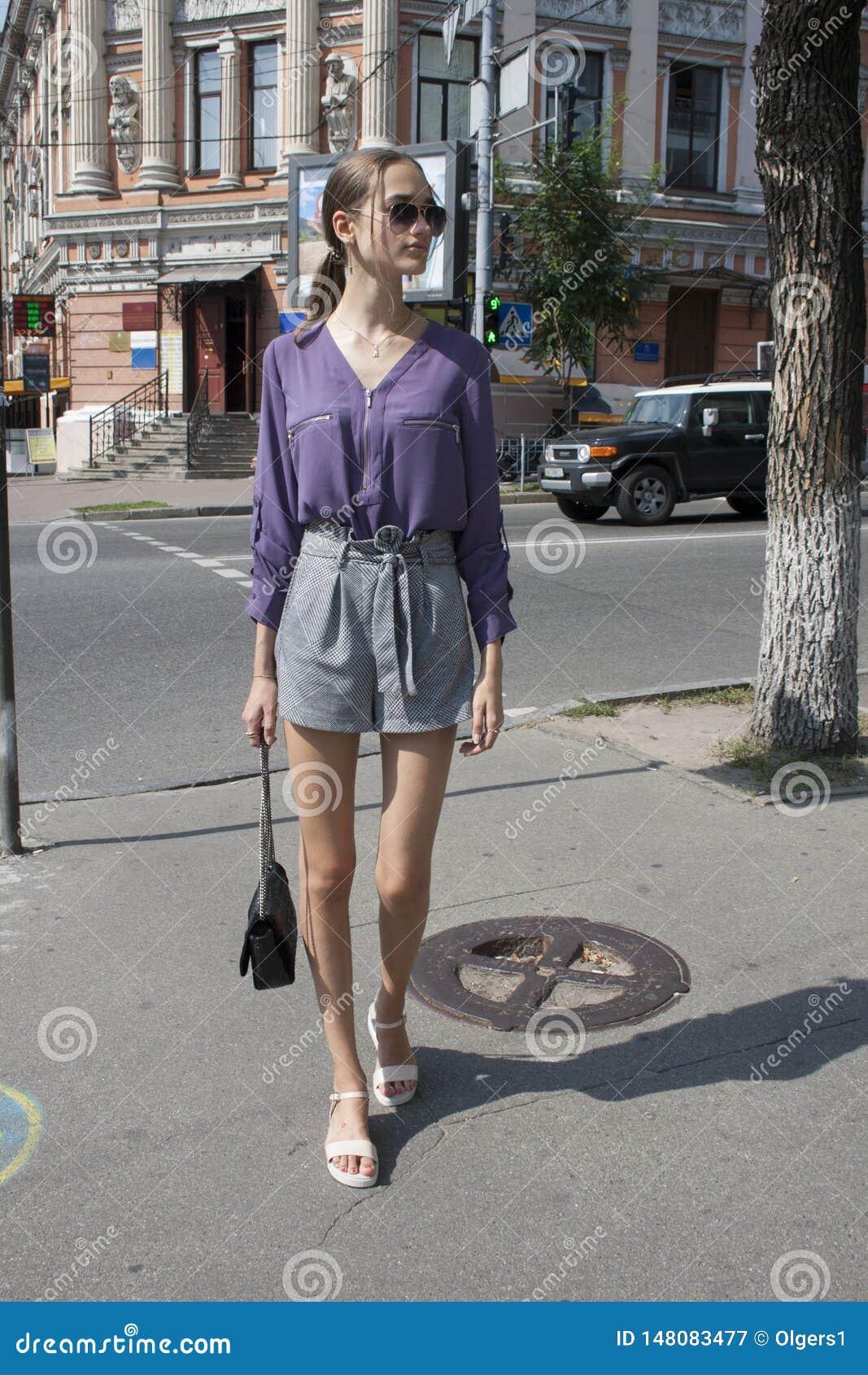In mooi meisje dat de straten van de grote stad, straatstijl loopt