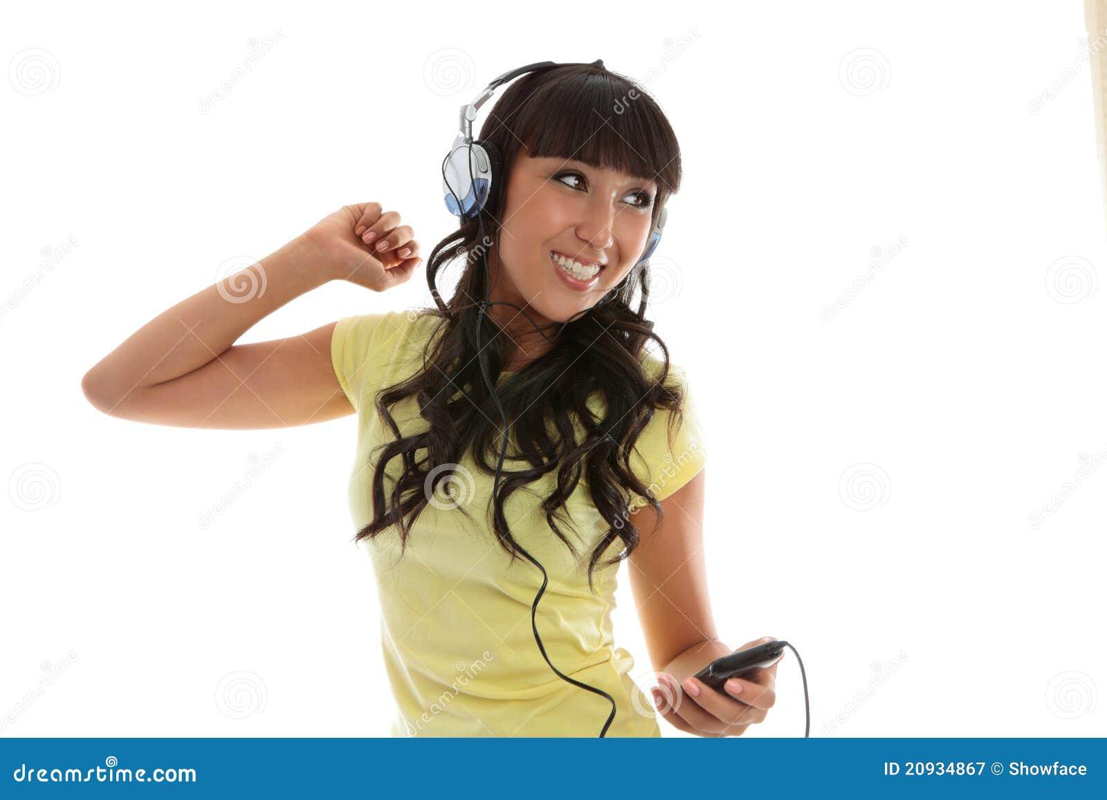 Mooi meisje dat van muziek geniet