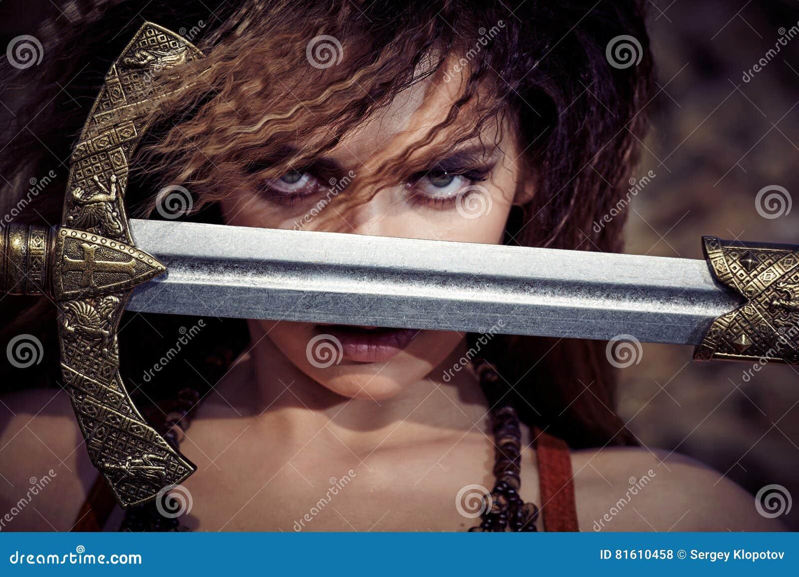 Mooi meisje in de kleren van Viking of Amazonië