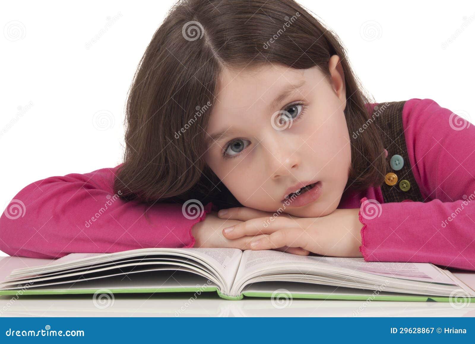Mooi meisje die een boek lezen