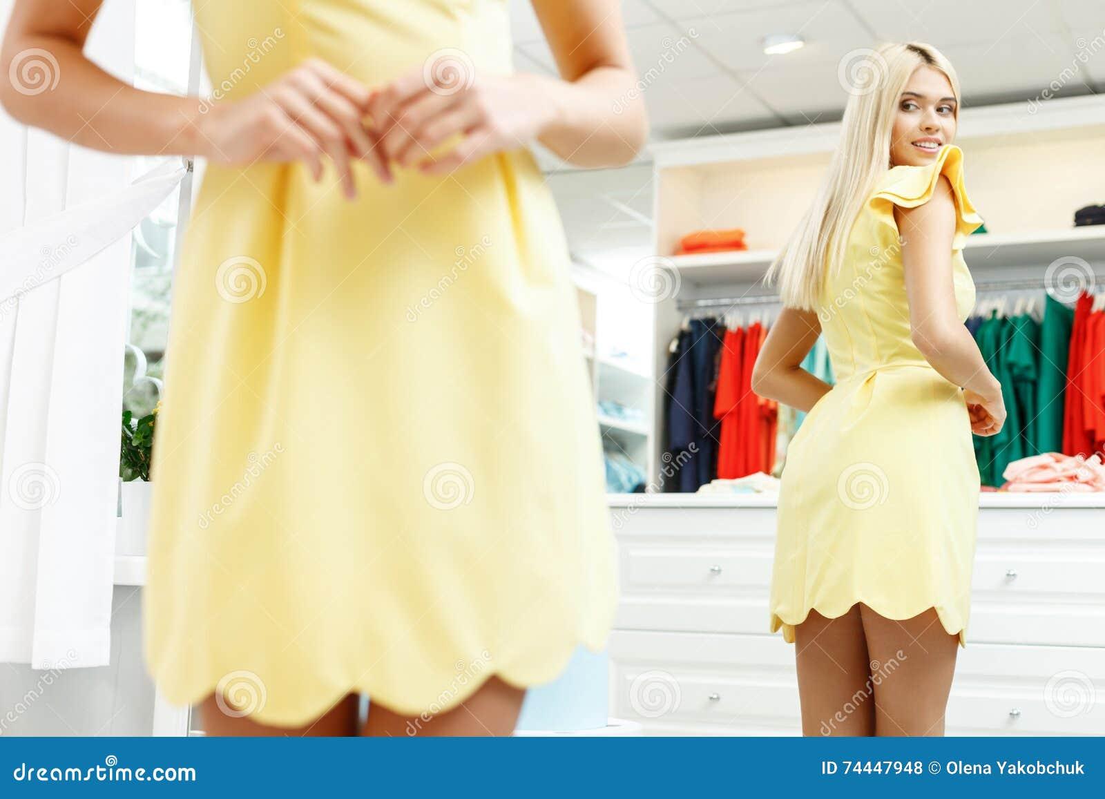 Mooi meisje die montage in boutique maken