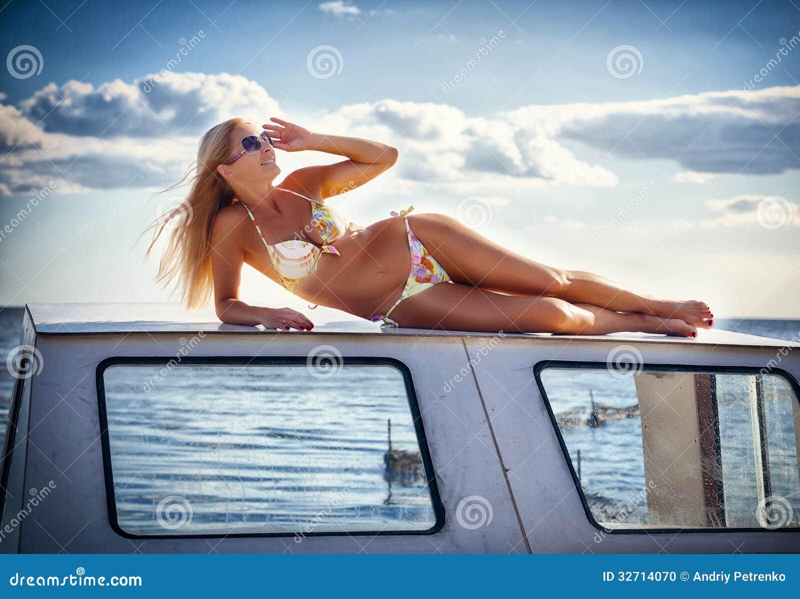 Mooi meisje door de boot