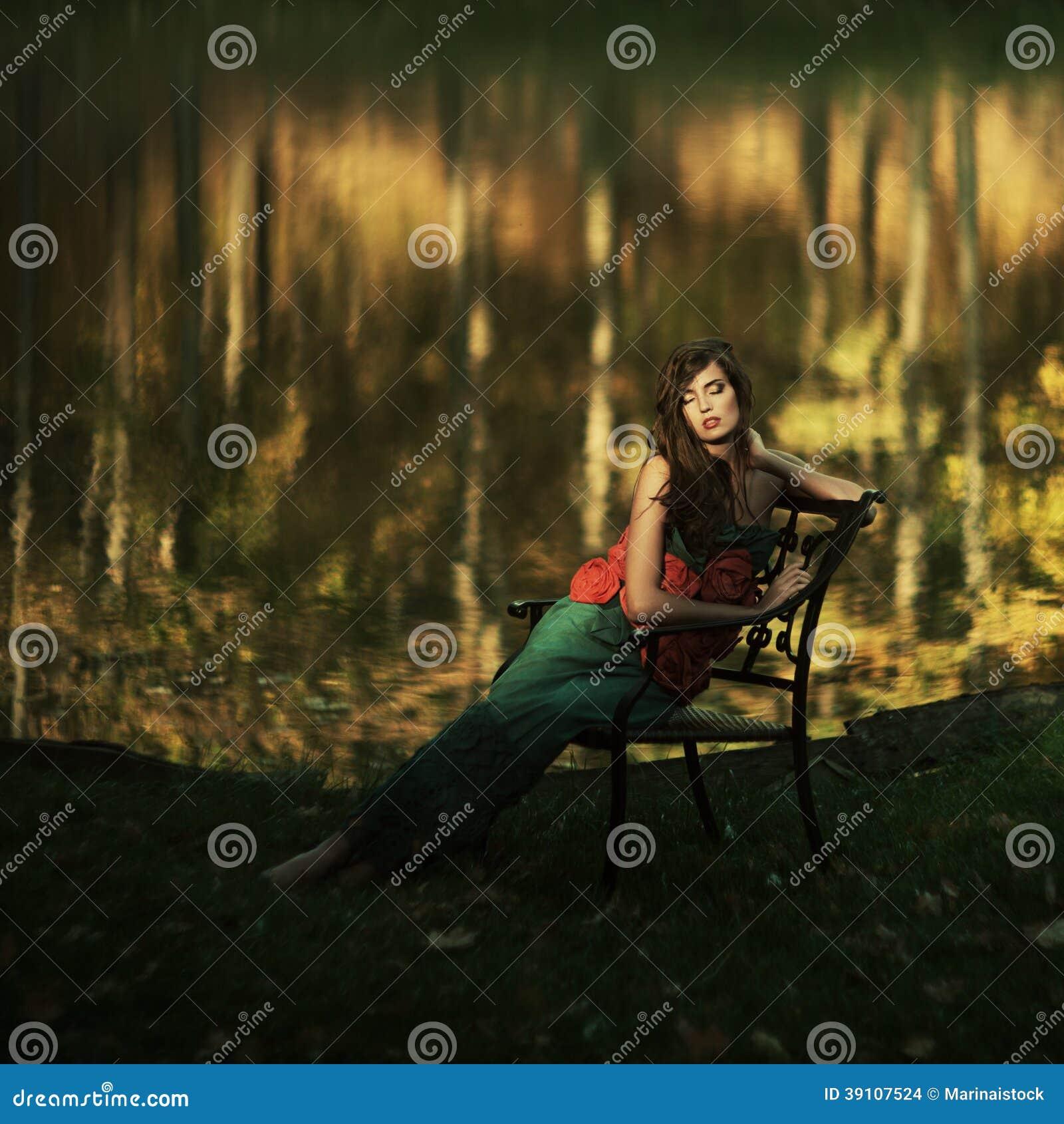 Mooi meisje in een geheimzinnige plaats