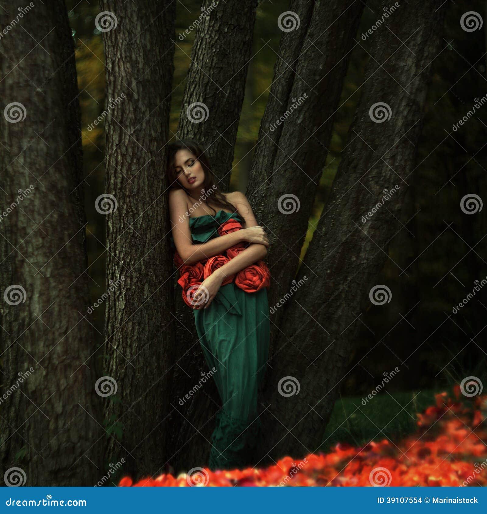 Mooi meisje in een geheimzinnige plaats.