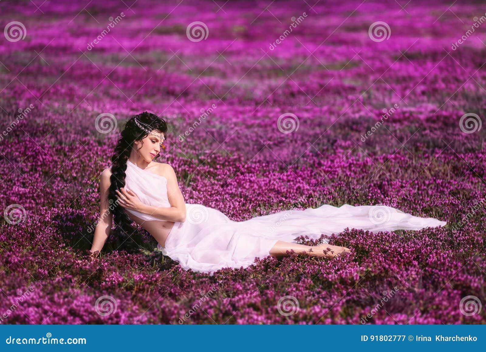 Mooi meisje in een Griekse kleding