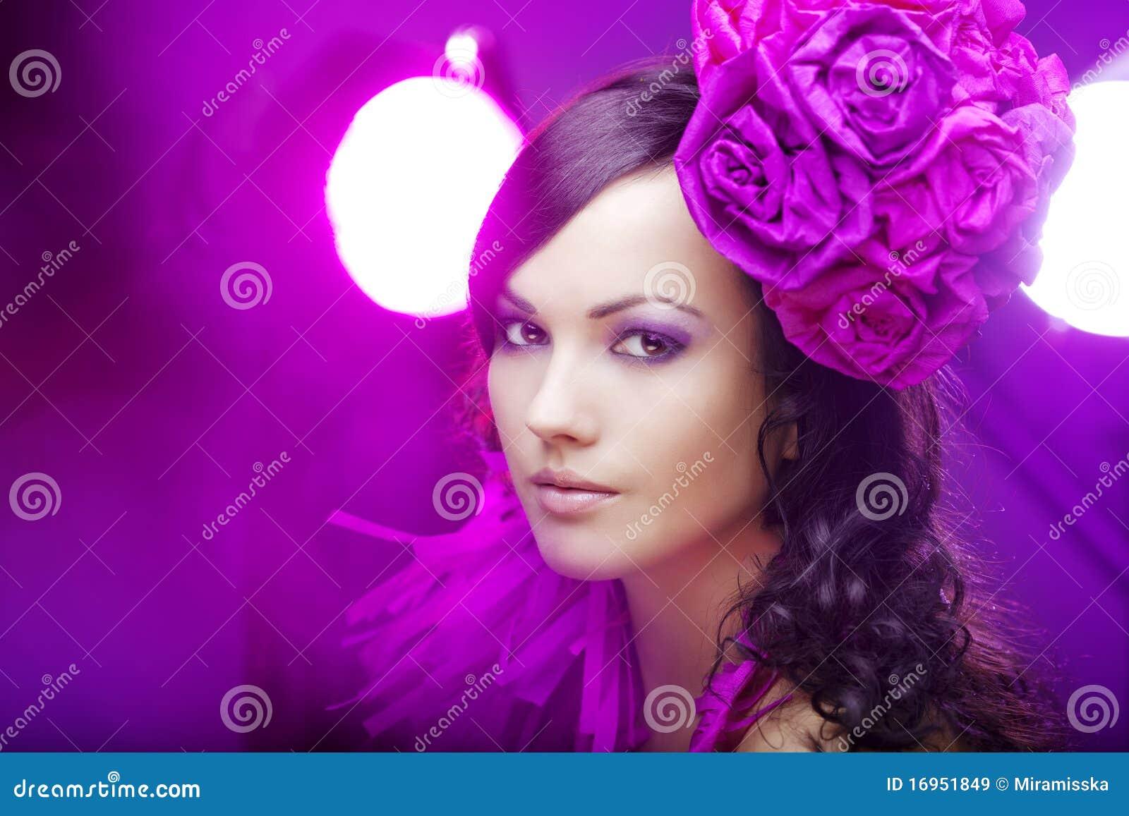 Mooi meisje in een hoed met rozen