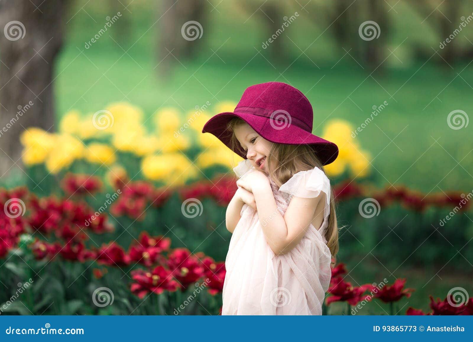 Mooi meisje in een hoed van Bourgondië
