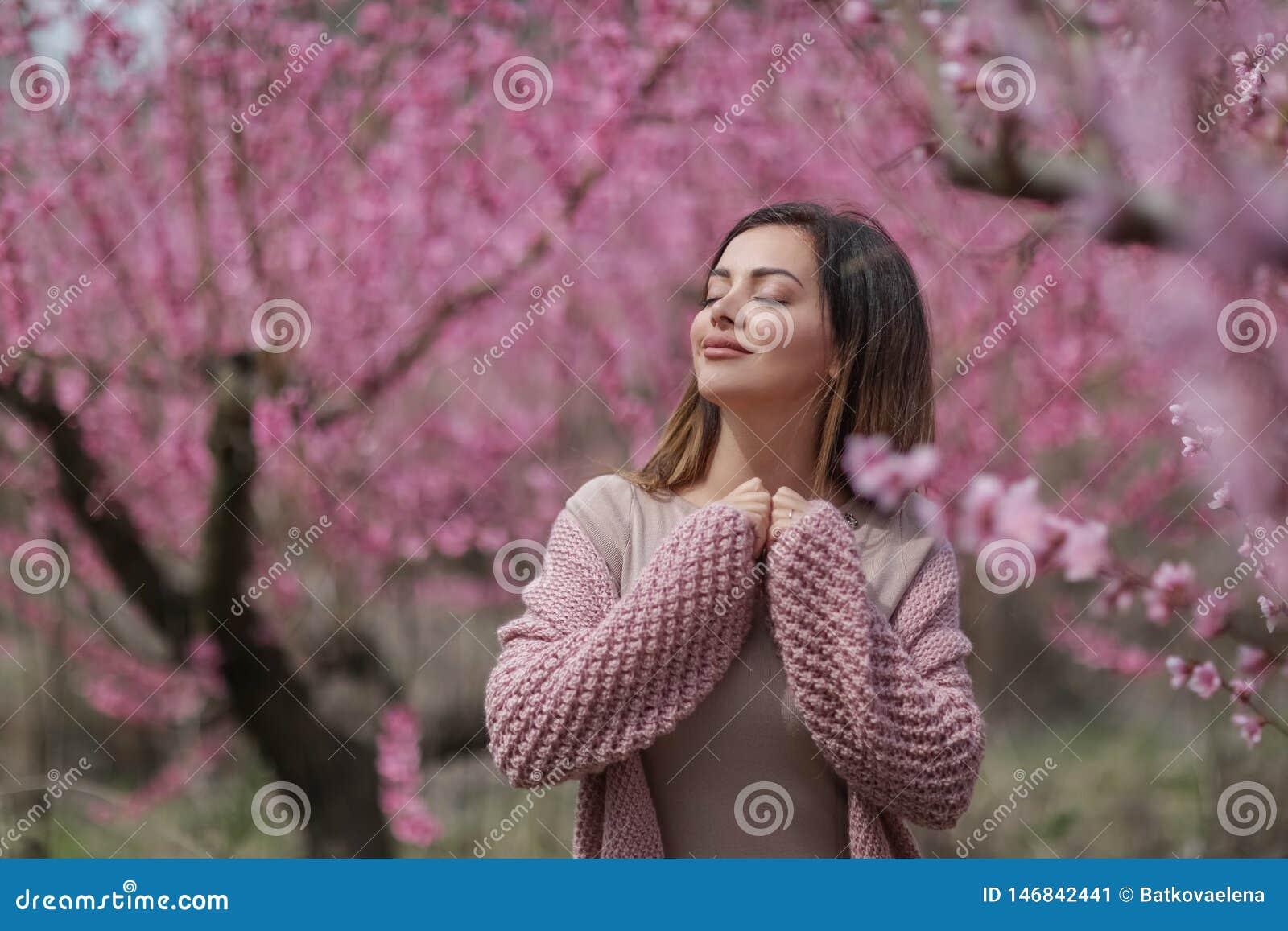 Mooi meisje in een uitstekende stijl in een fabelachtig purper park