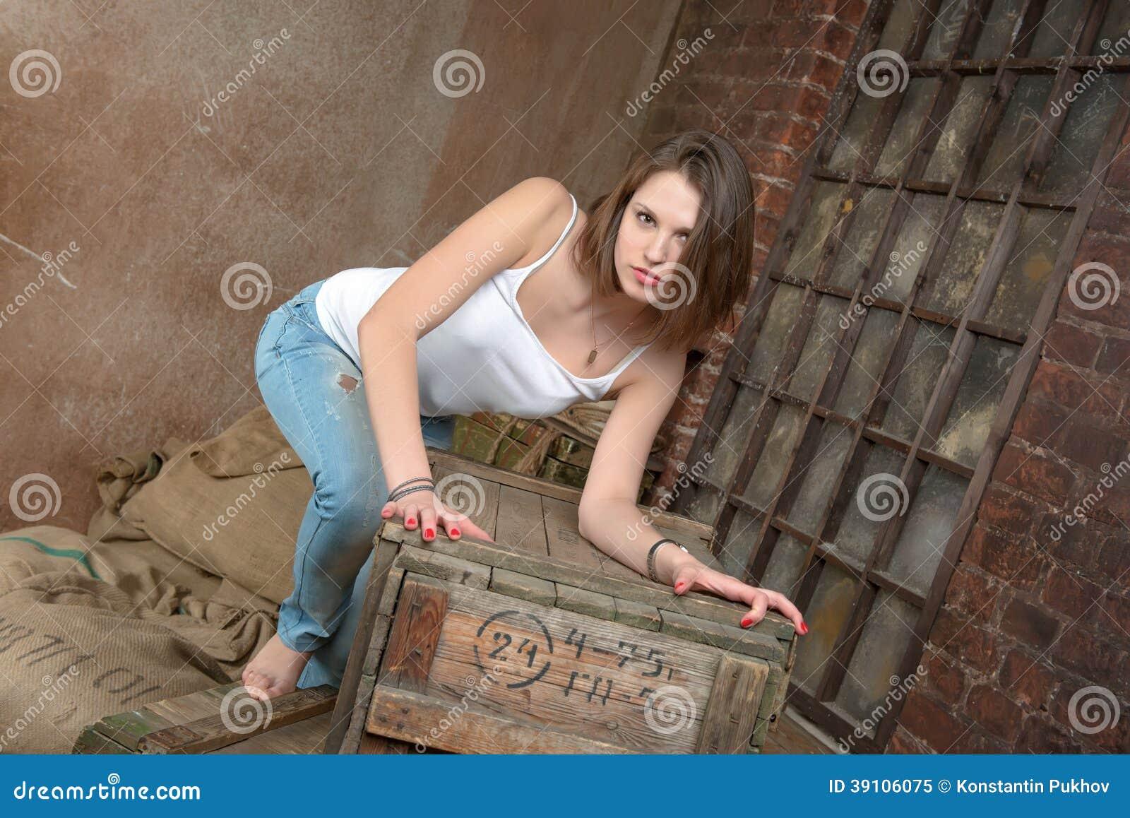 Mooi meisje in grungebinnenland