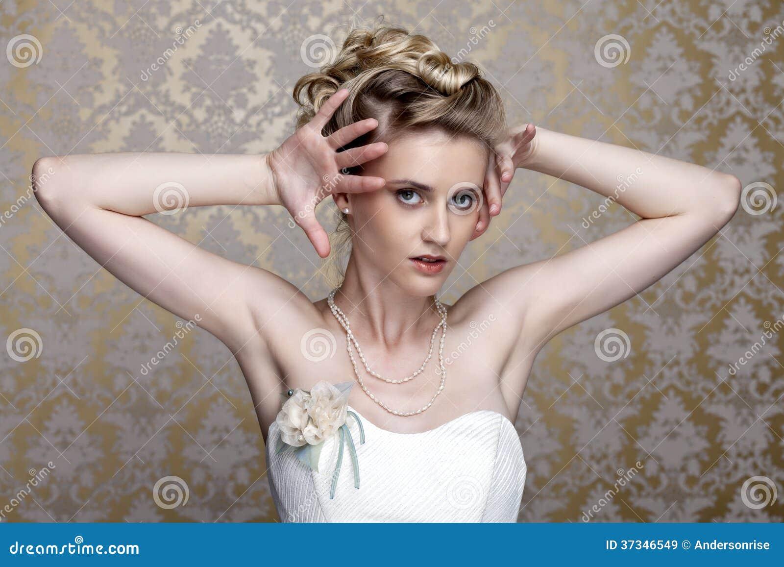Mooi meisje in het beeld van de bruid