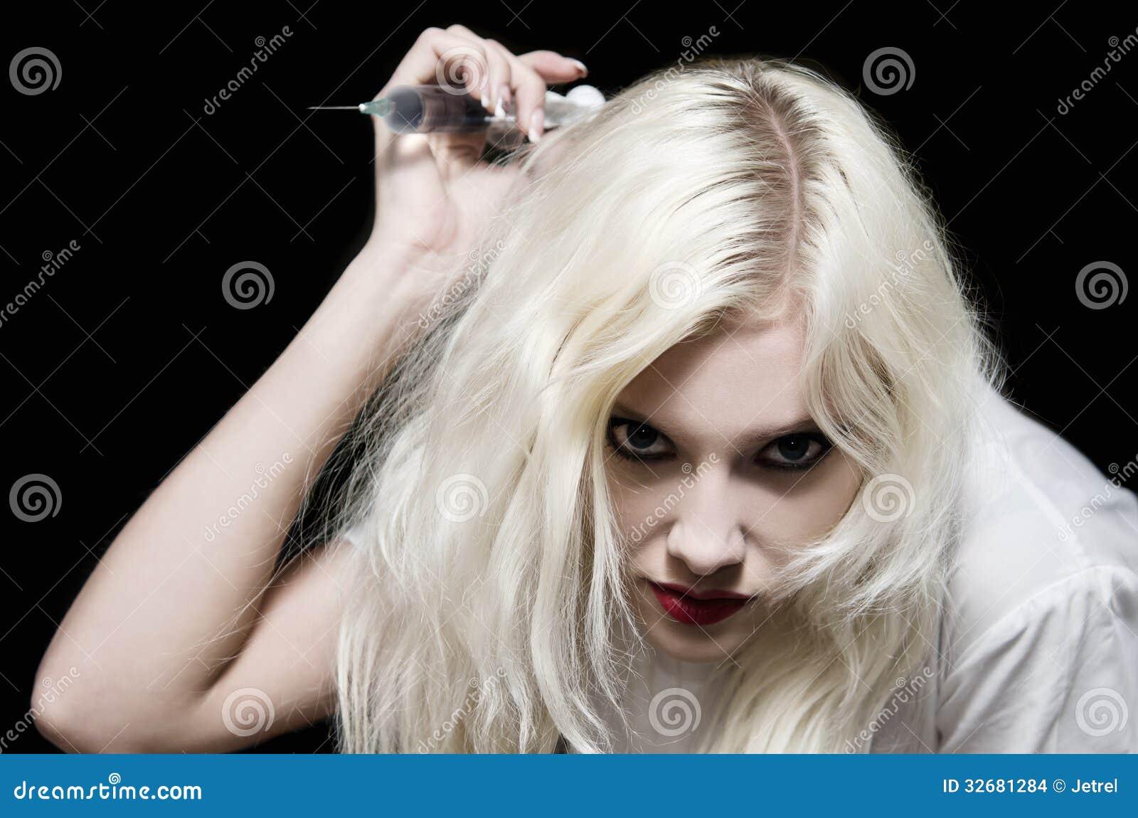 Mooi meisje in het beeld van kwade verpleegster met in hand spuit makend een slag stock - Beeld het meisje van ...