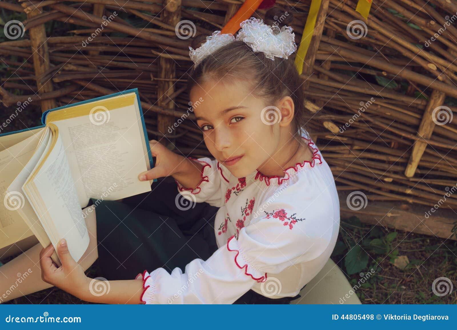 Mooi meisje 7 jaar in borduurwerkboeken