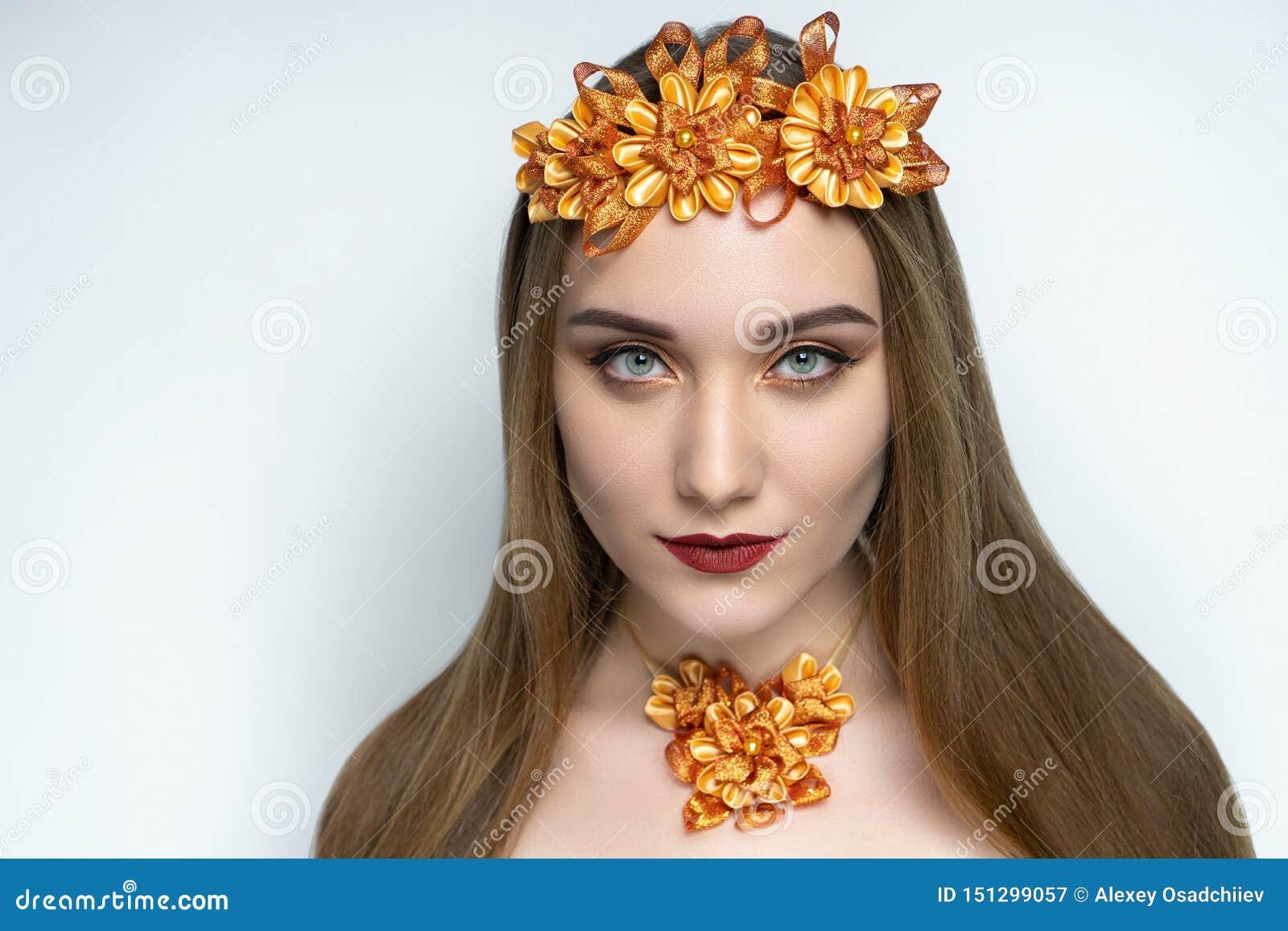 Mooi meisje, massieve gouden bijkomende halsband, de lippenstift van de steenwijnstok