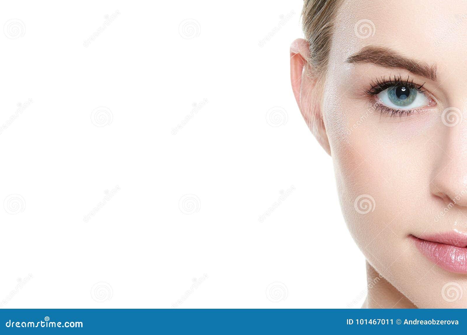Mooi meisje met blauwe ogen en blond haar, met naakte schouders, die camera het glimlachen bekijken Model met lichte naakte samen