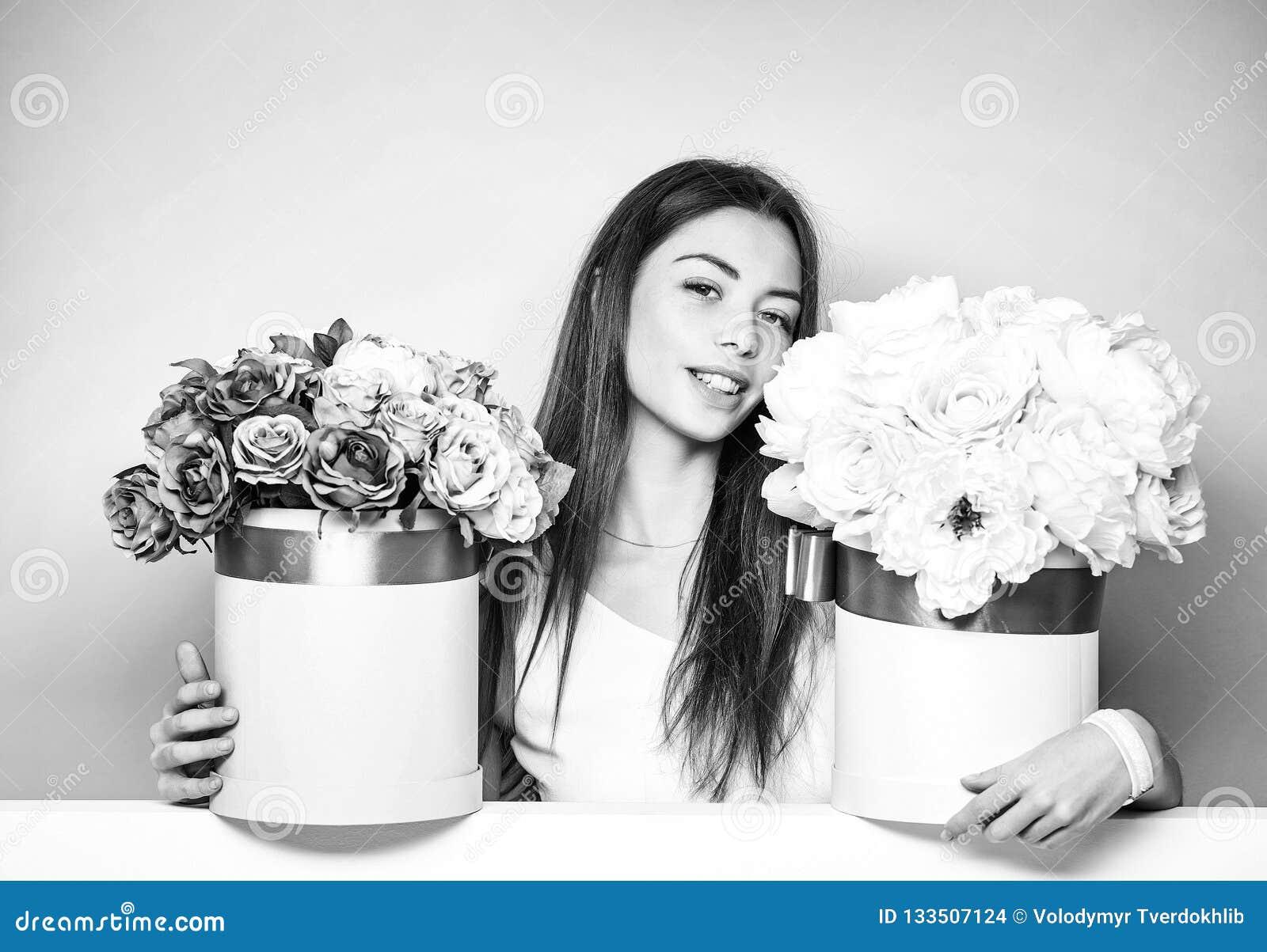 Mooi meisje met bloemdozen