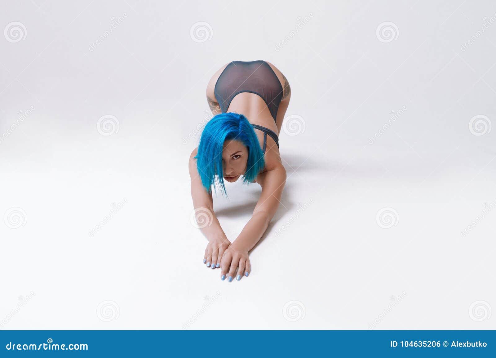 Download Mooi Meisje Met Een Slank Cijfer, Een Gelooide Huid En Een Kort Haar Stock Foto - Afbeelding bestaande uit oefening, volwassen: 104635206