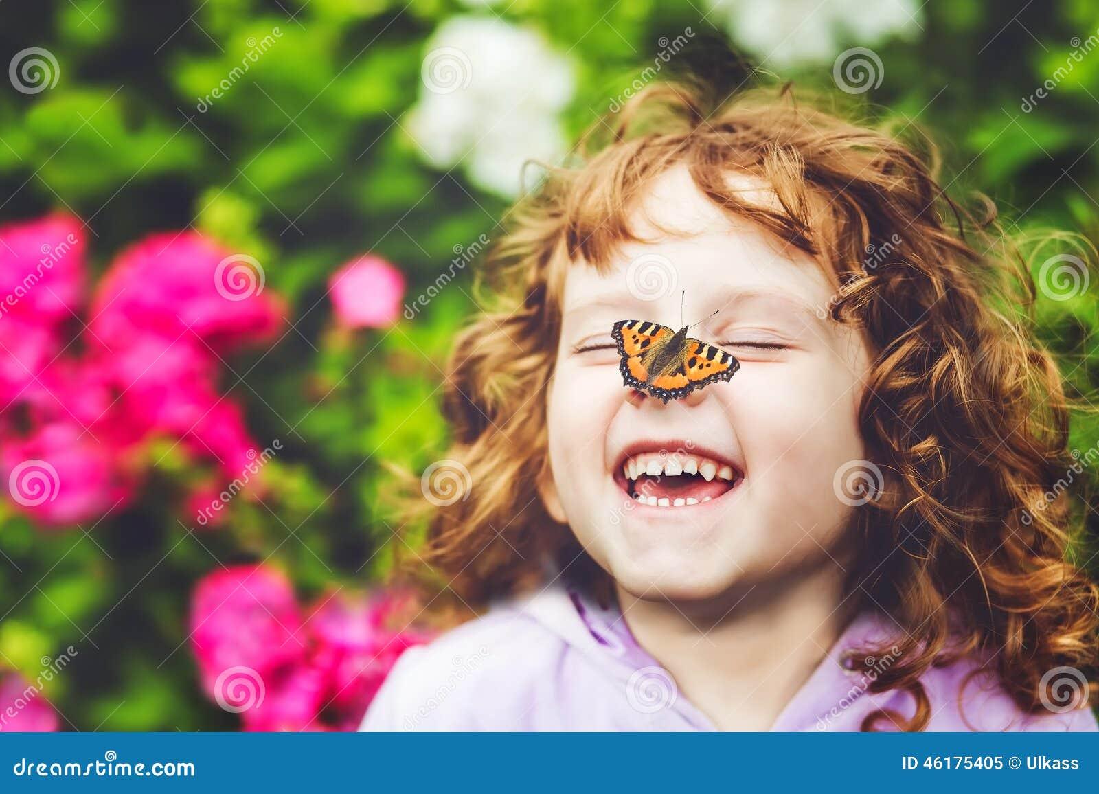 Mooi meisje met een vlinder op zijn neus