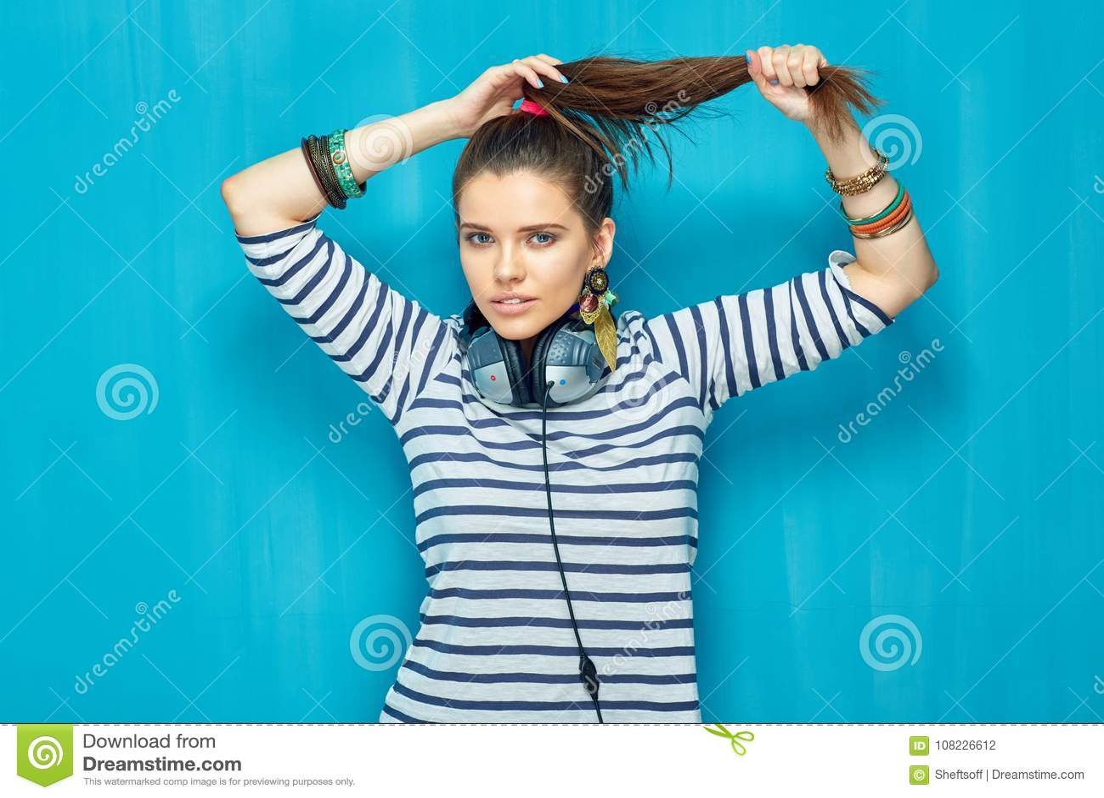 Mooi meisje met hoofdtelefoons, de stijl van het staarthaar