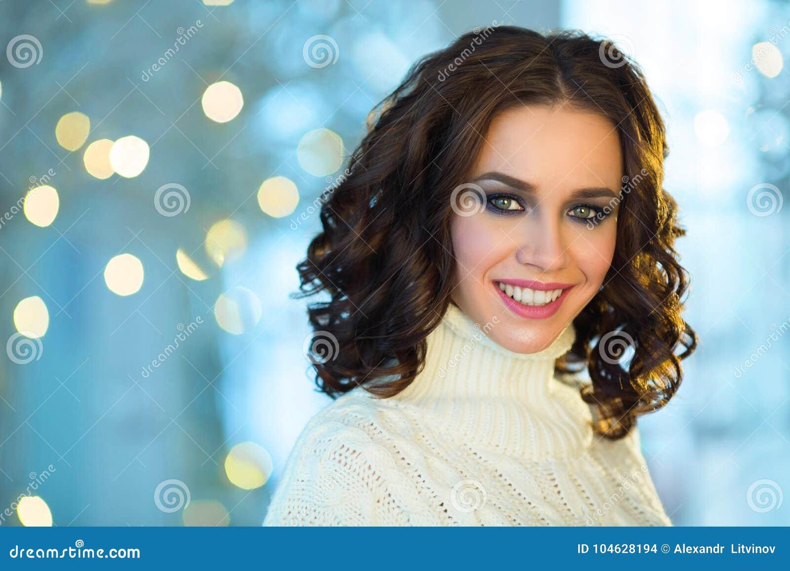 Download Mooi Meisje Met Make-up Op Vakantie Stock Foto - Afbeelding bestaande uit avond, vrolijk: 104628194