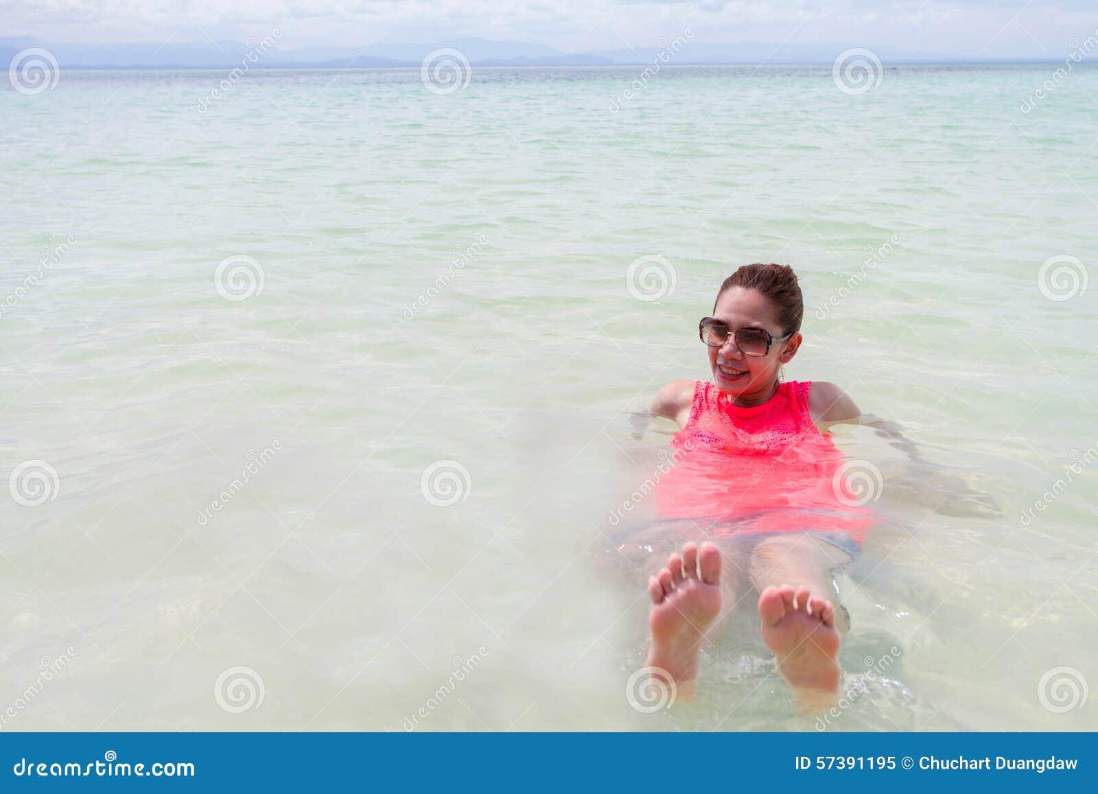 Mooi Meisje met Reis en Vakantie op Strand het genieten van