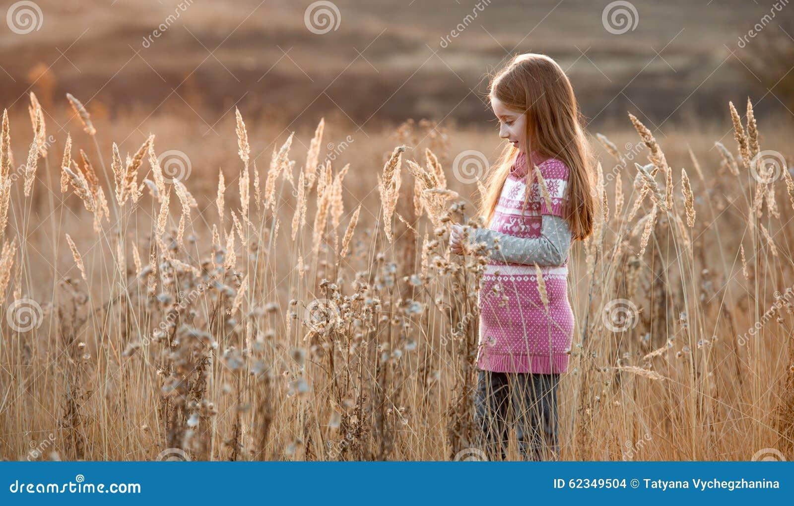 Mooi meisje op een de herfstgebied