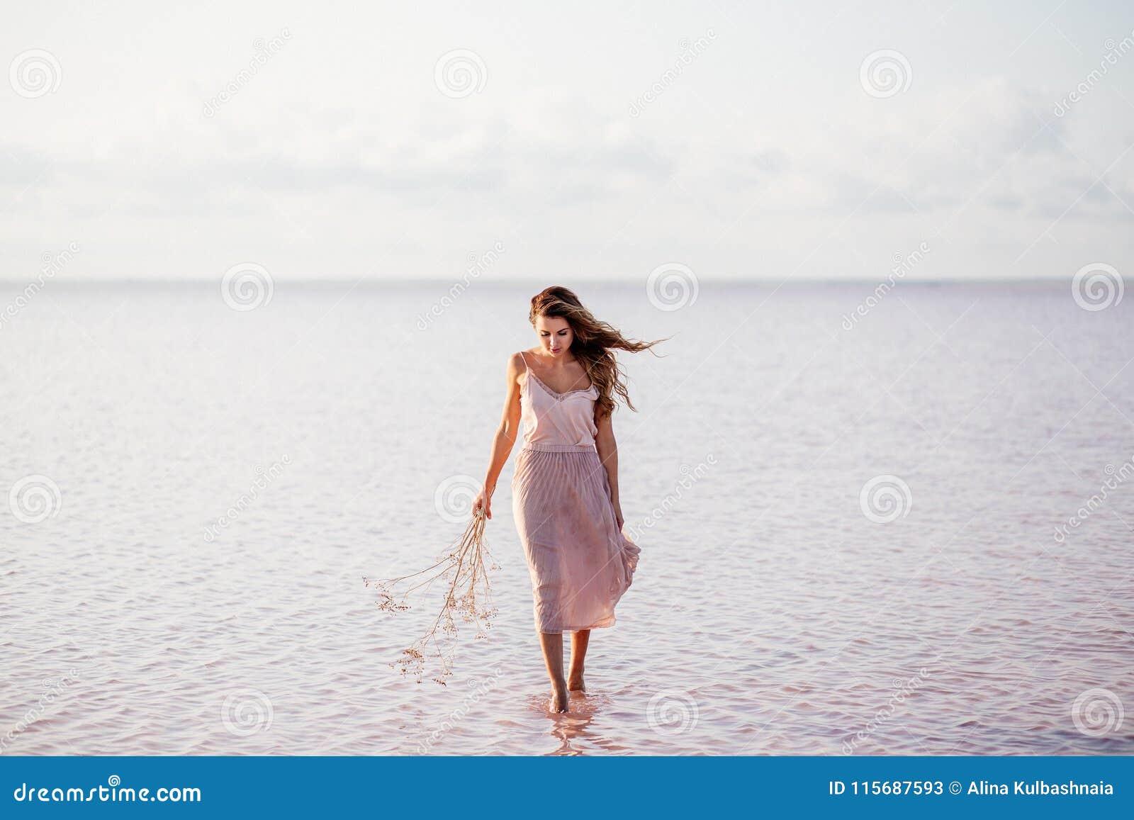 Mooi meisje op een roze meer