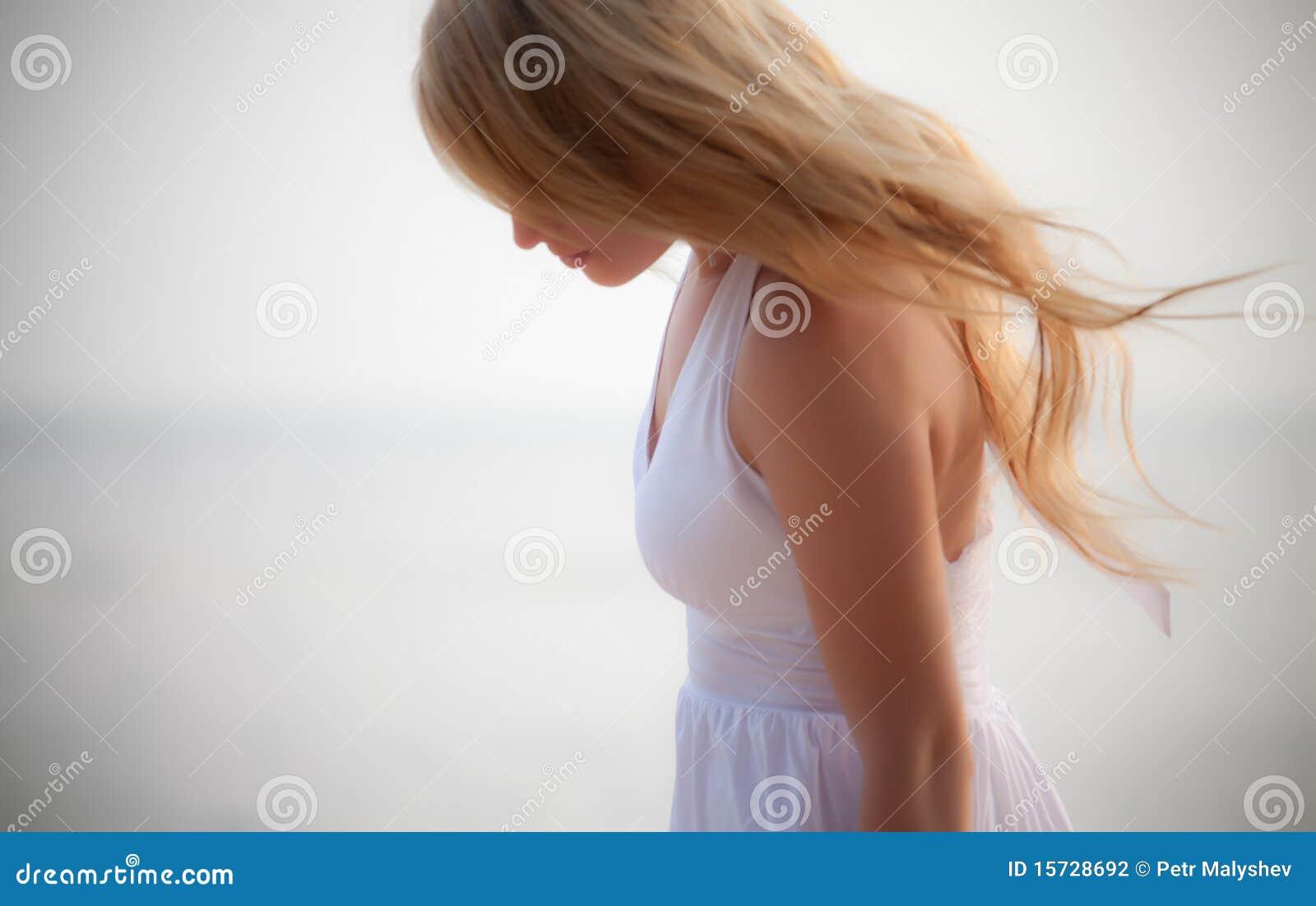 Mooi meisje op kust