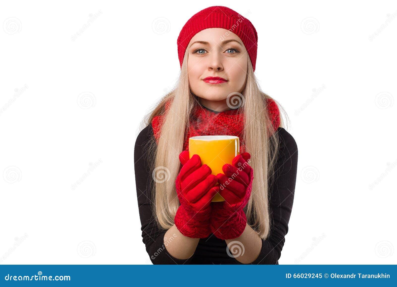 Mooi meisje in rode hoed met kop van hete drank in haar handen