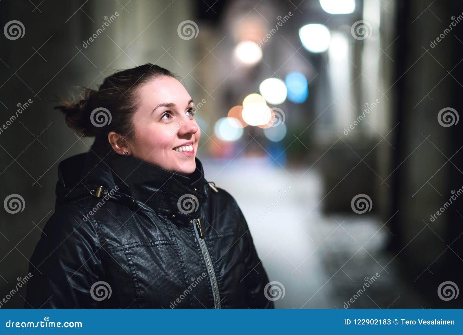 Mooi meisje in stad bij nacht Natuurlijke Schoonheid