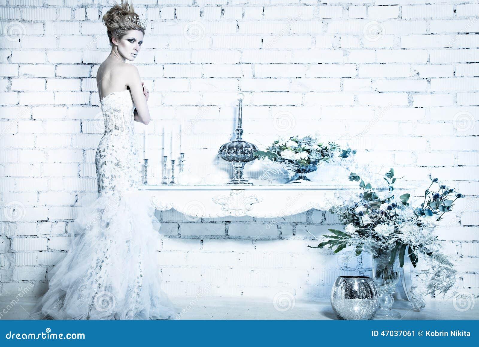 Mooi meisje in witte kleding in het beeld van de sneeuwkoningin met een kroon op haar hoofd - Beeld het meisje van ...