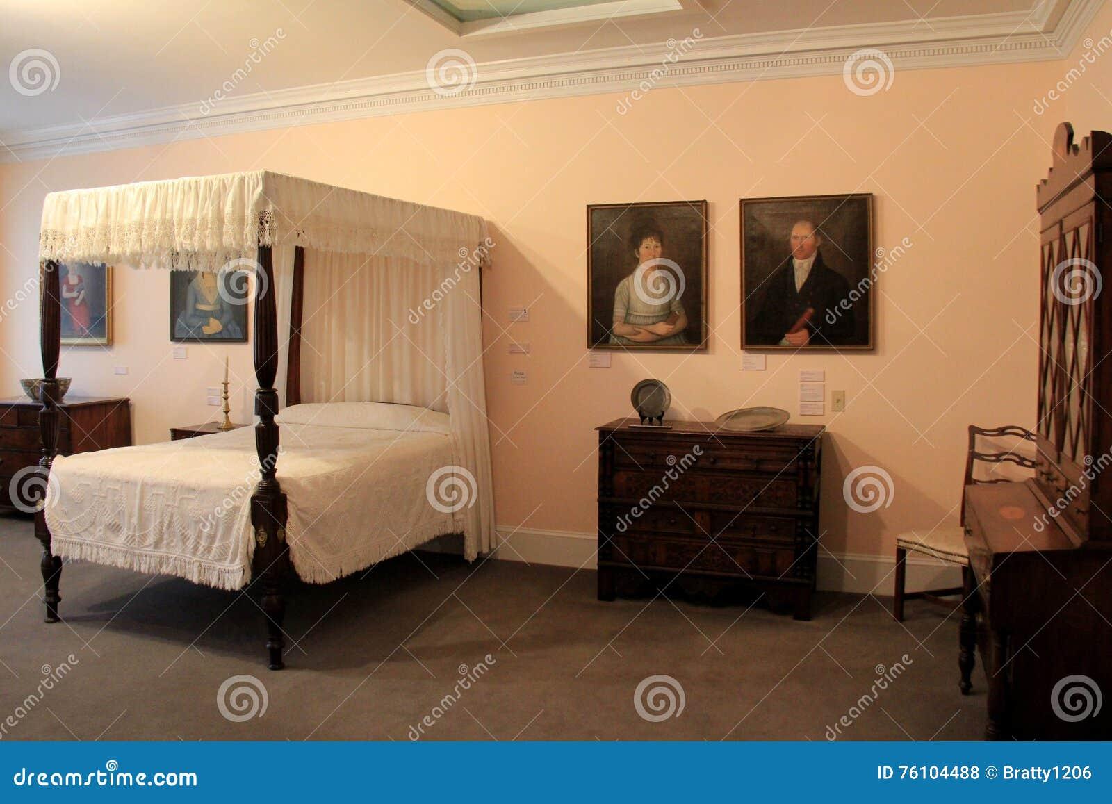 Mooi meubilair en portretten in één van vele ruimten, het Museum van de Baksteenopslag, Kennebunk, Maine, 2016