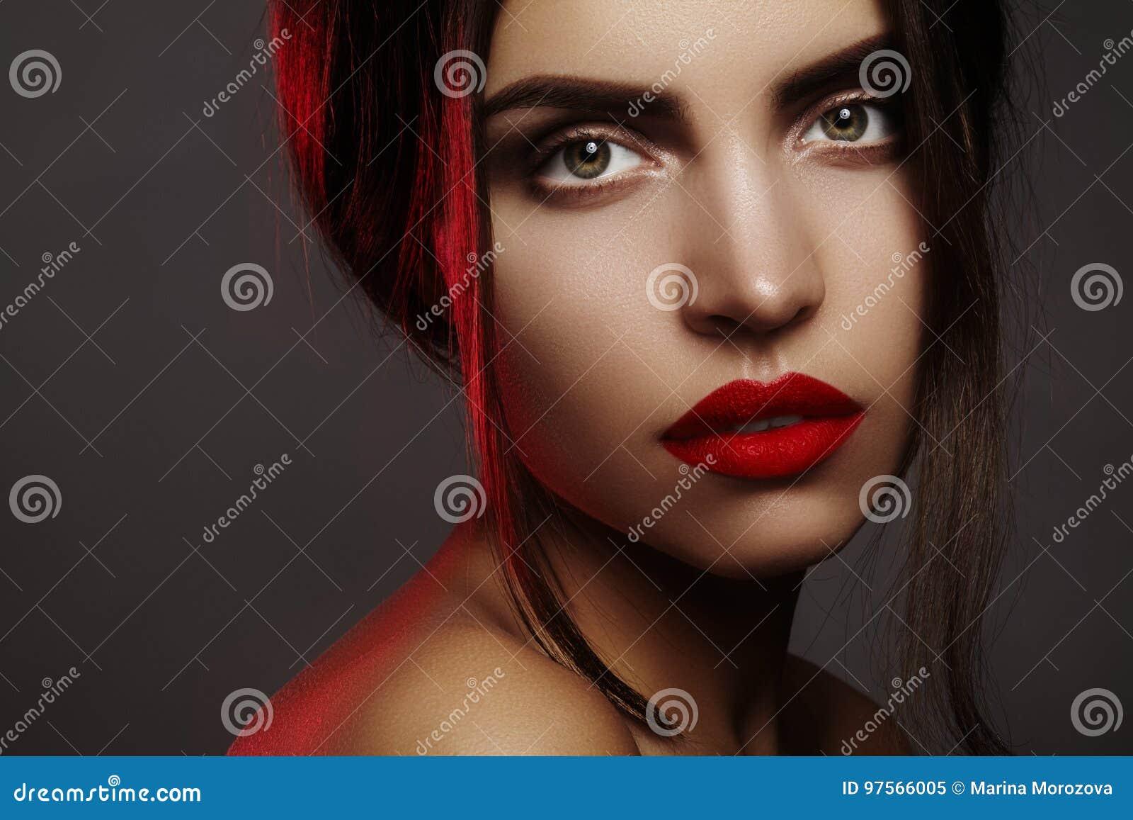 Mooi model met maniersamenstelling Portret sexy vrouw met make-up van glamour de rode lippen, sterke oogschaduw, kapsel