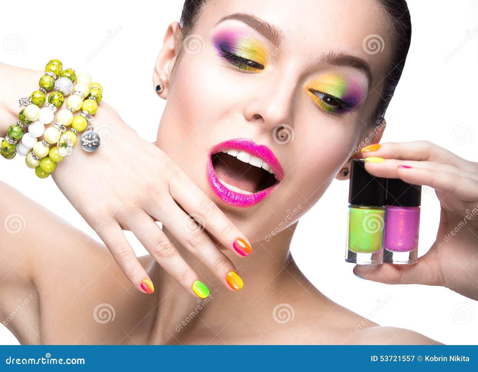 Mooi modelmeisje met heldere gekleurde make-up en nagellak in het de zomerbeeld Het Gezicht van de schoonheid Korte gekleurde spi
