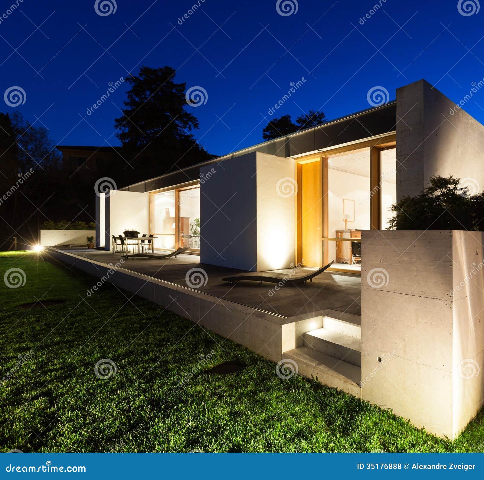 Mooi modern huis in cement stock foto afbeelding bestaande uit verlichting 35176888 - Mooi huis ...