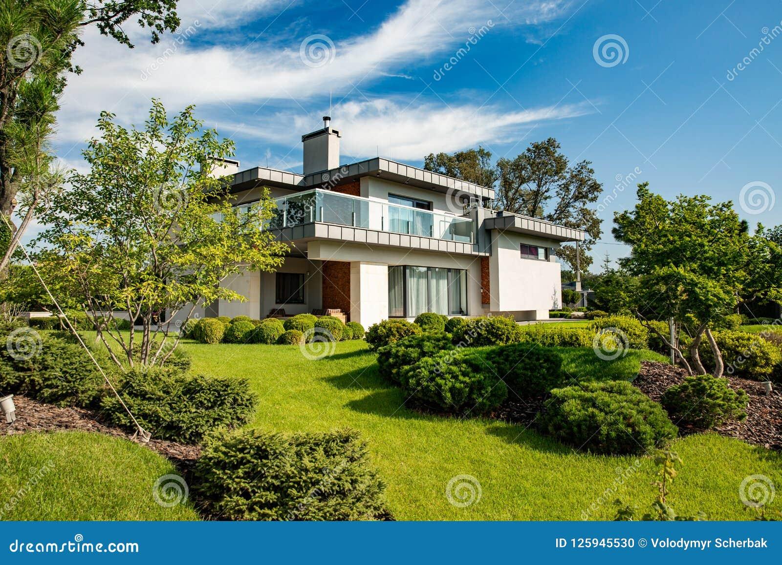 Mooi modern huis in cement, mening van de tuin