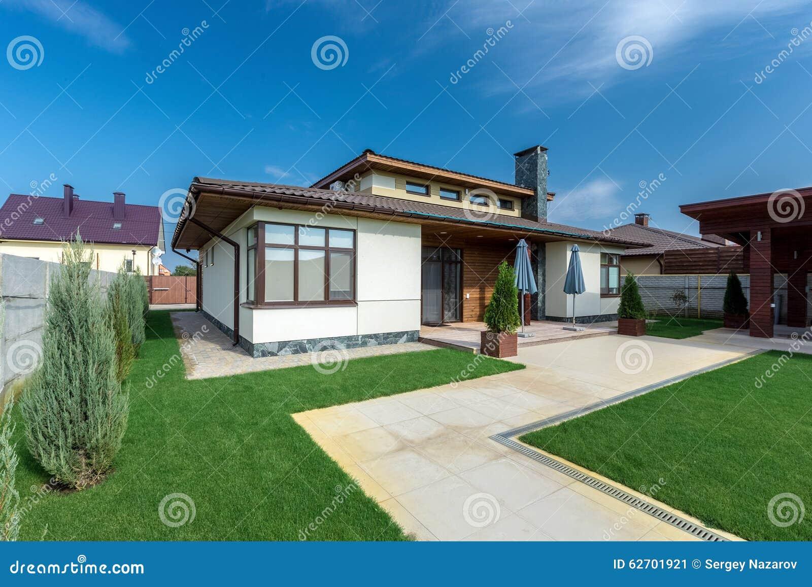 Mooi modern huis in cement mening van de tuin stock afbeelding