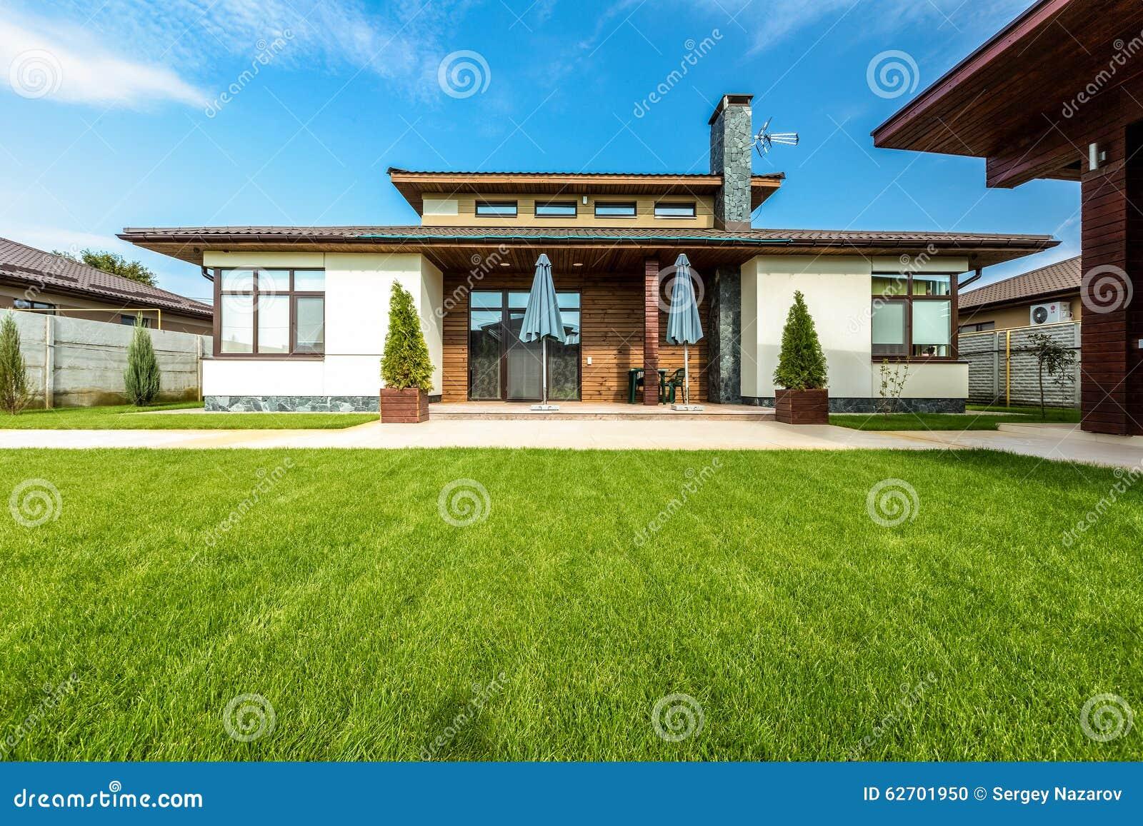 Mooi modern huis in cement mening van de tuin stock foto