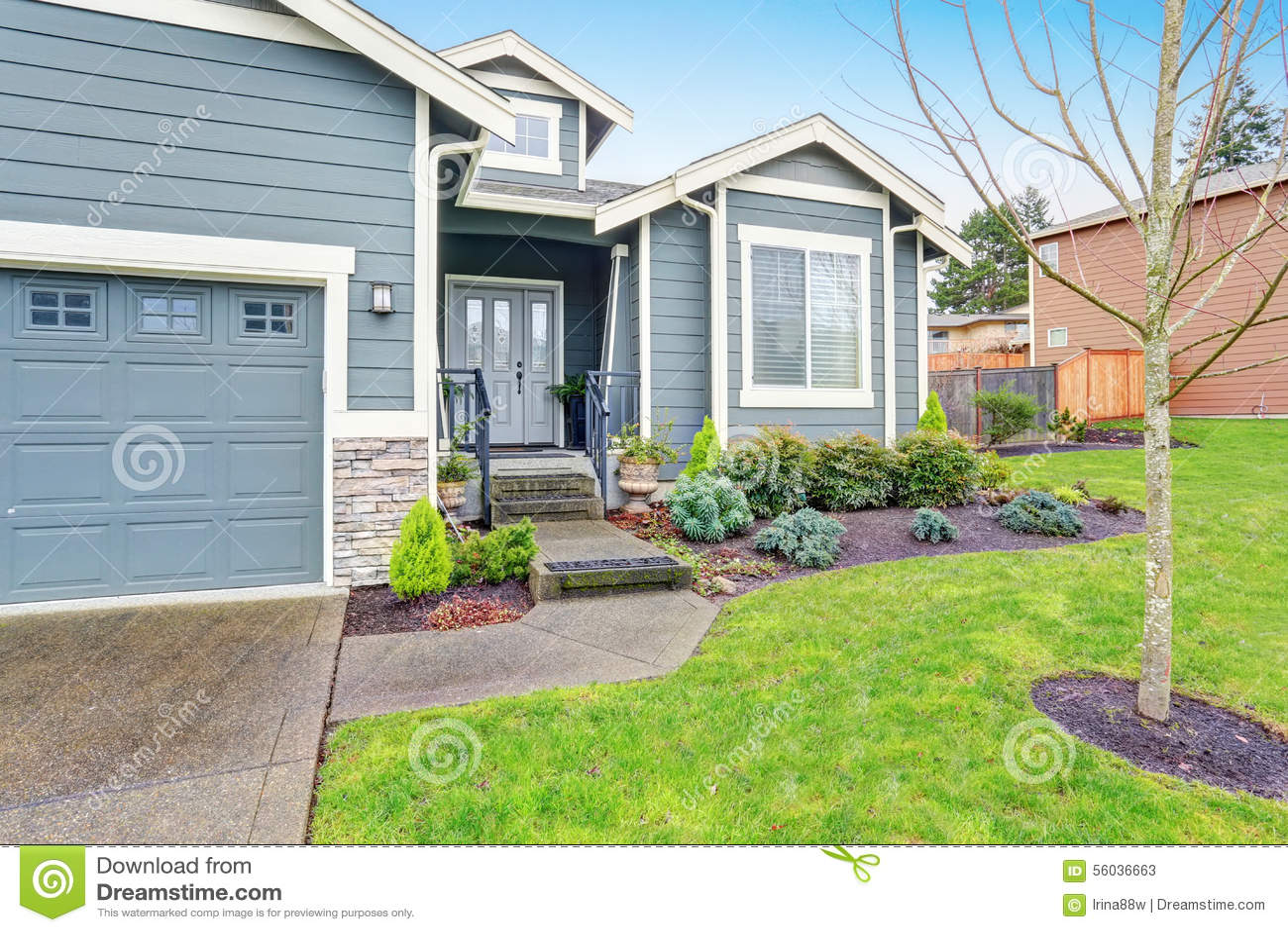 Mooi modern huis met gras en oprijlaan stock foto afbeelding 56036663 - Mooi huis ...