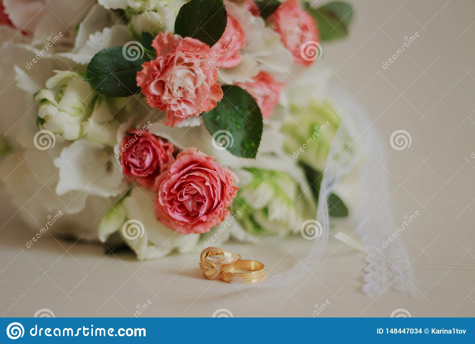 Mooi modern huwelijksboeket op een witte lijst De attributen van het huwelijk Geen mensen