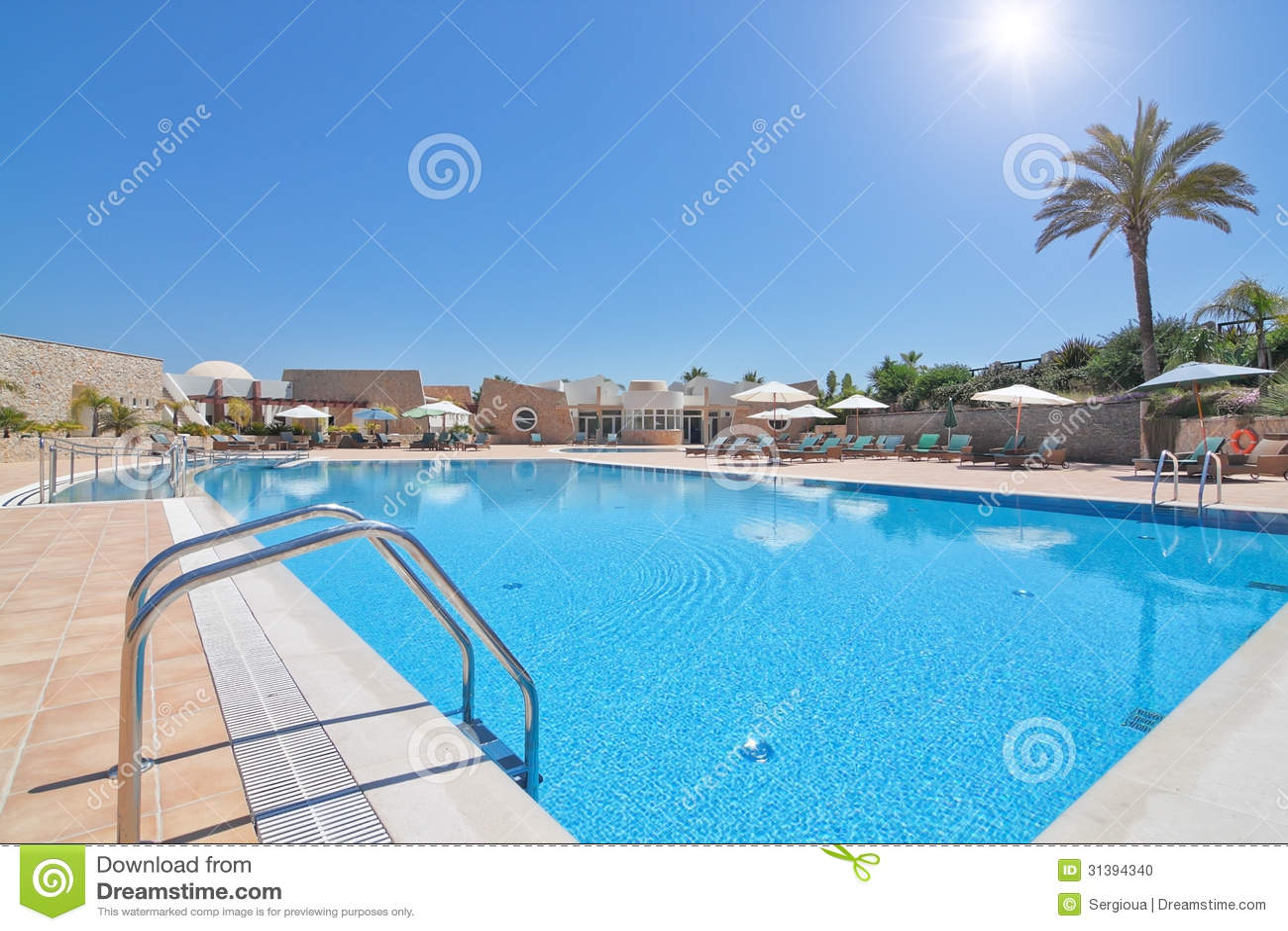 Mooi modern zwembad voor een ontspannende familievakantie stock foto afbeelding 31394340 for Modern zwembad