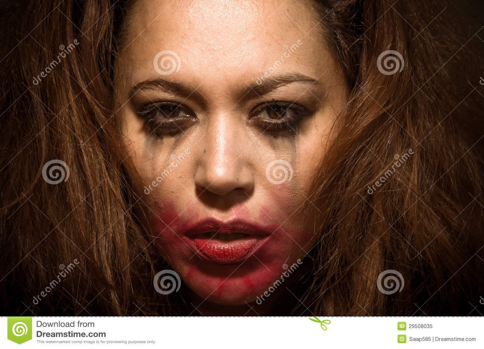 Mooi multiraciaal meisje in scheuren