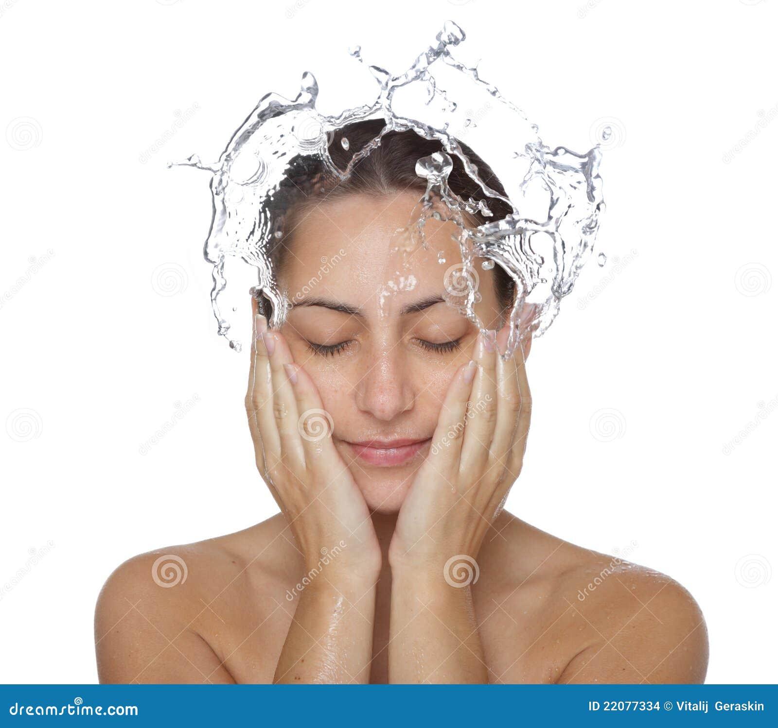 Mooi nat vrouwengezicht met waterdaling