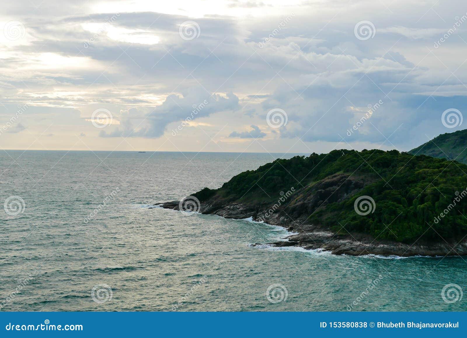 Mooi natuurlijk zonsonderganglandschap van de kust en het overzees op het hoogste meningspunt van Promthep-Kaap in Phuket, Thaila