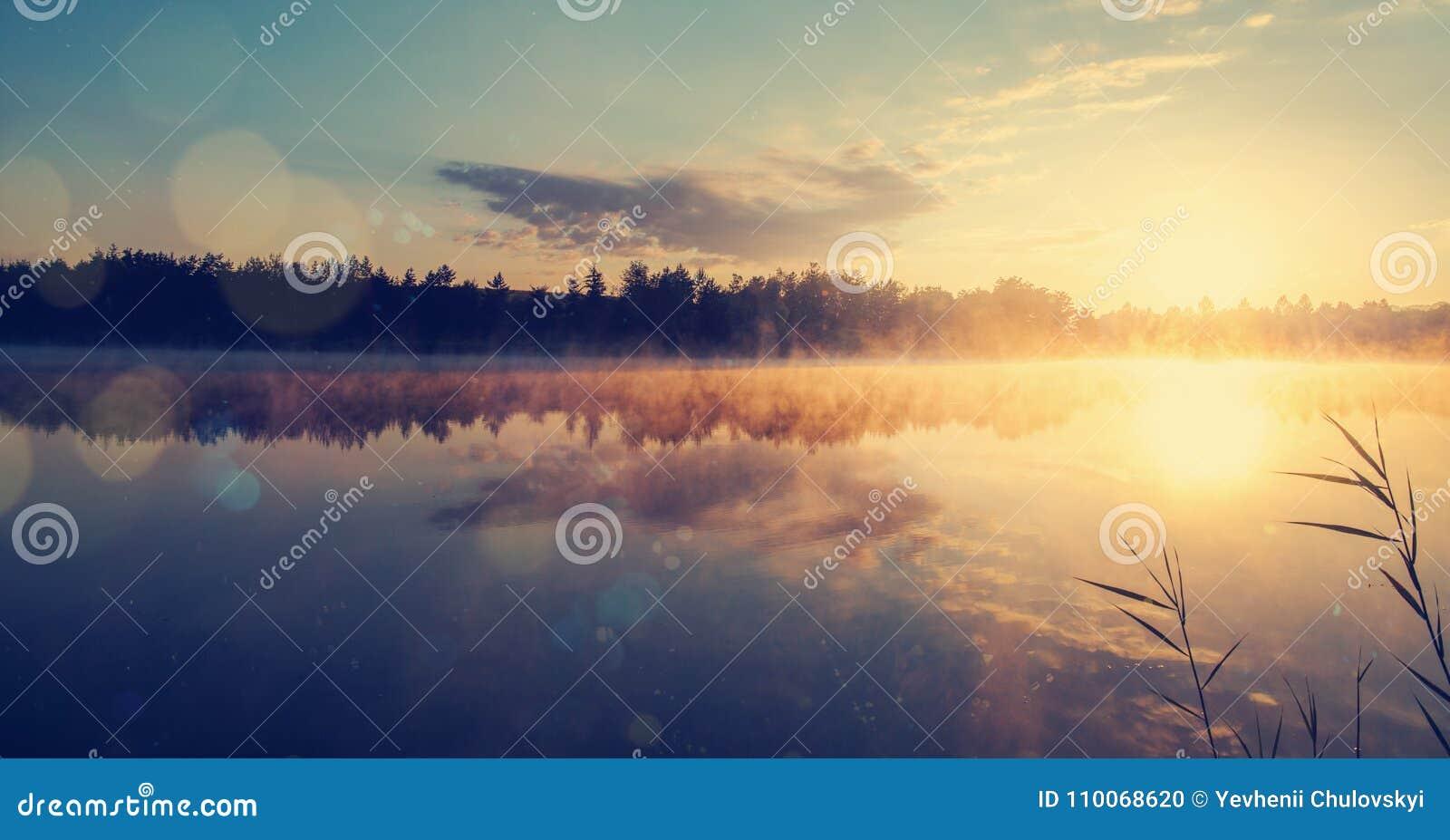 Mooi ochtendlandschap op een rivier met mist over het water