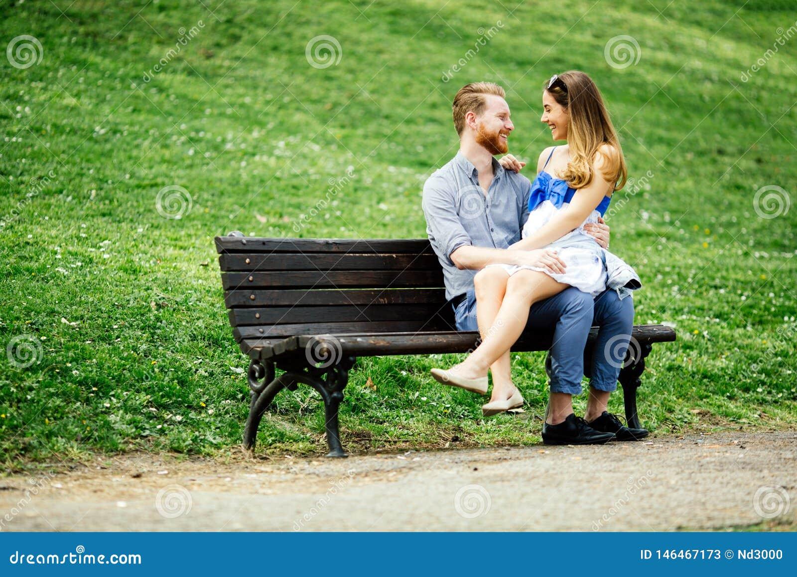 Mooi paar die een gang in stadspark nemen