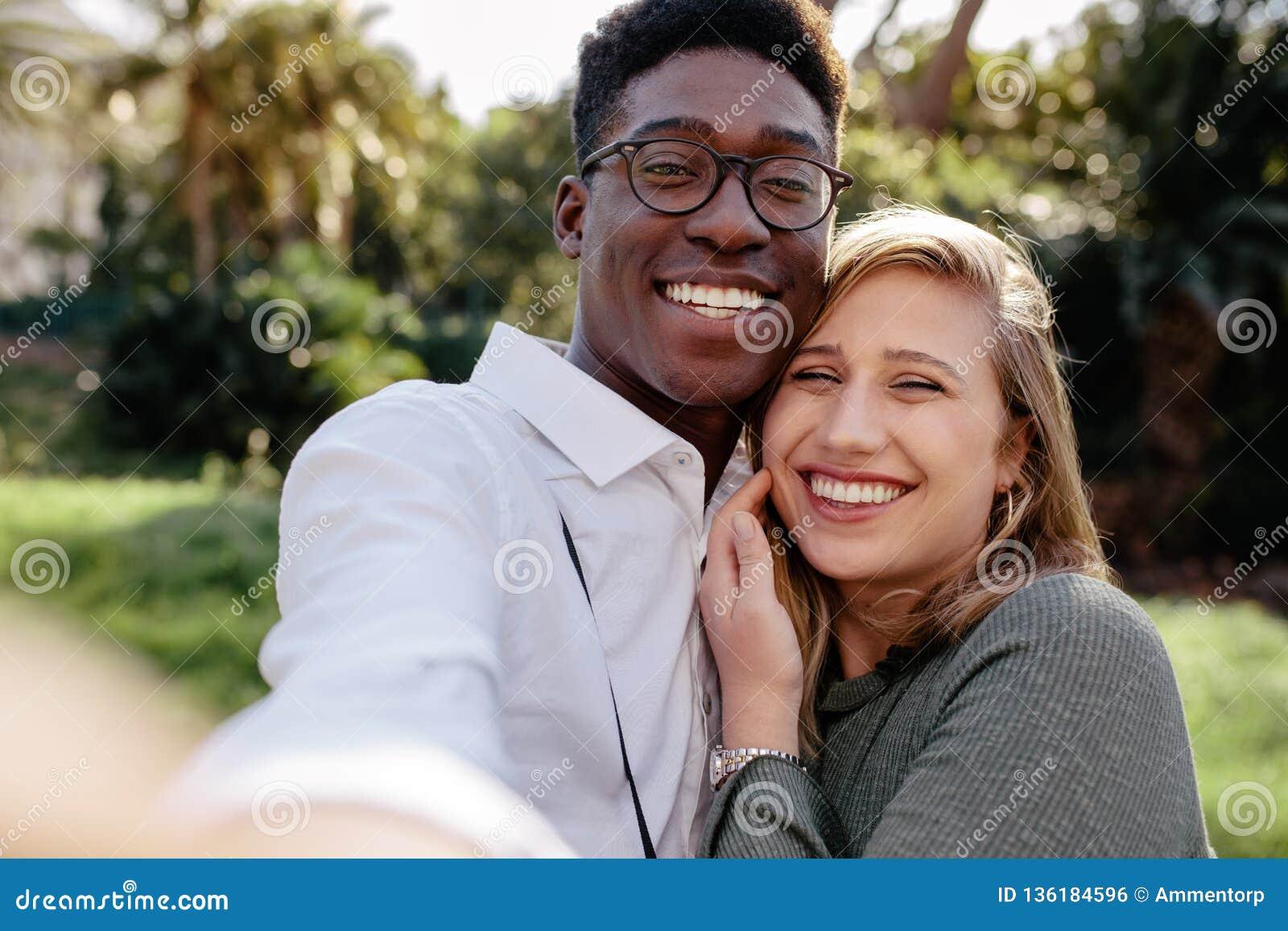 Mooi paar die tussen verschillende rassen een selfie maken