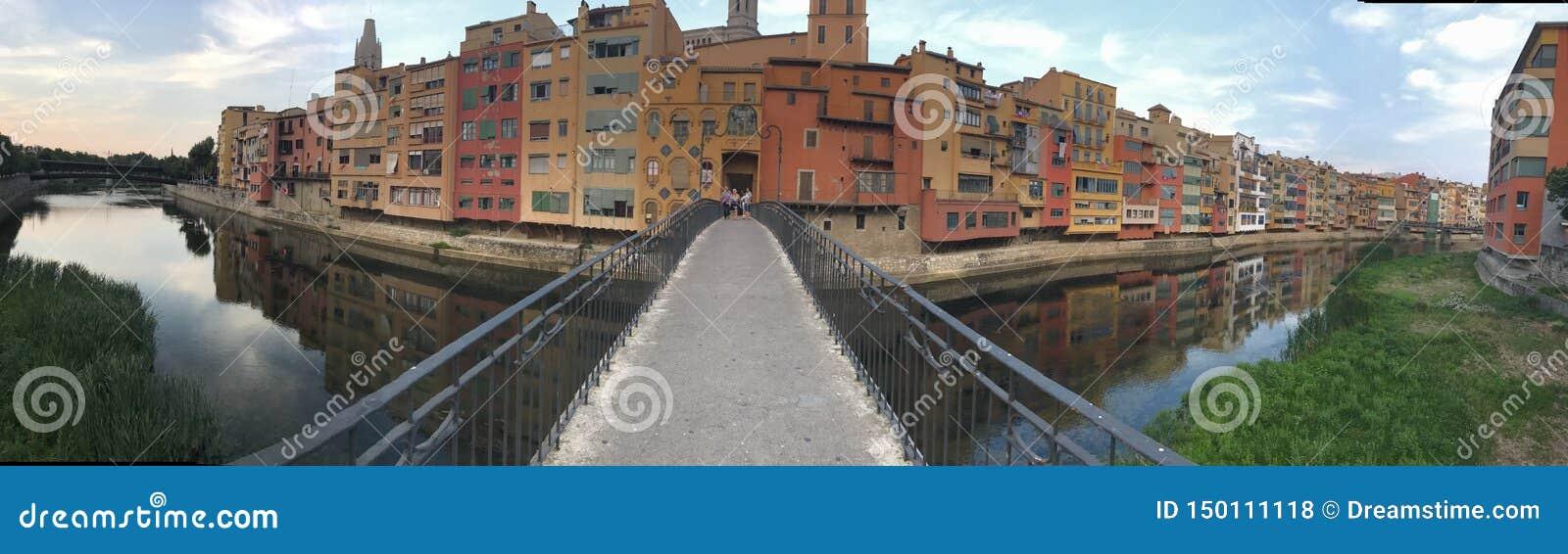 Mooi panorama van de beroemde kleuren van Girona