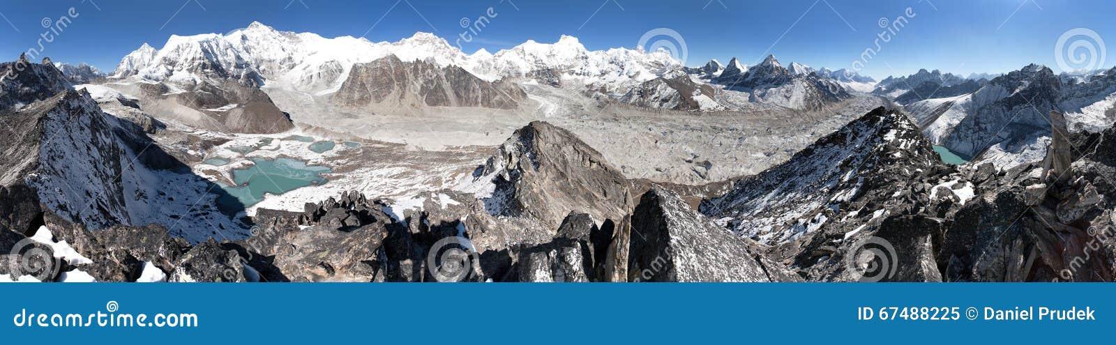 Mooi panorama van Onderstel Cho Oyu en Everest