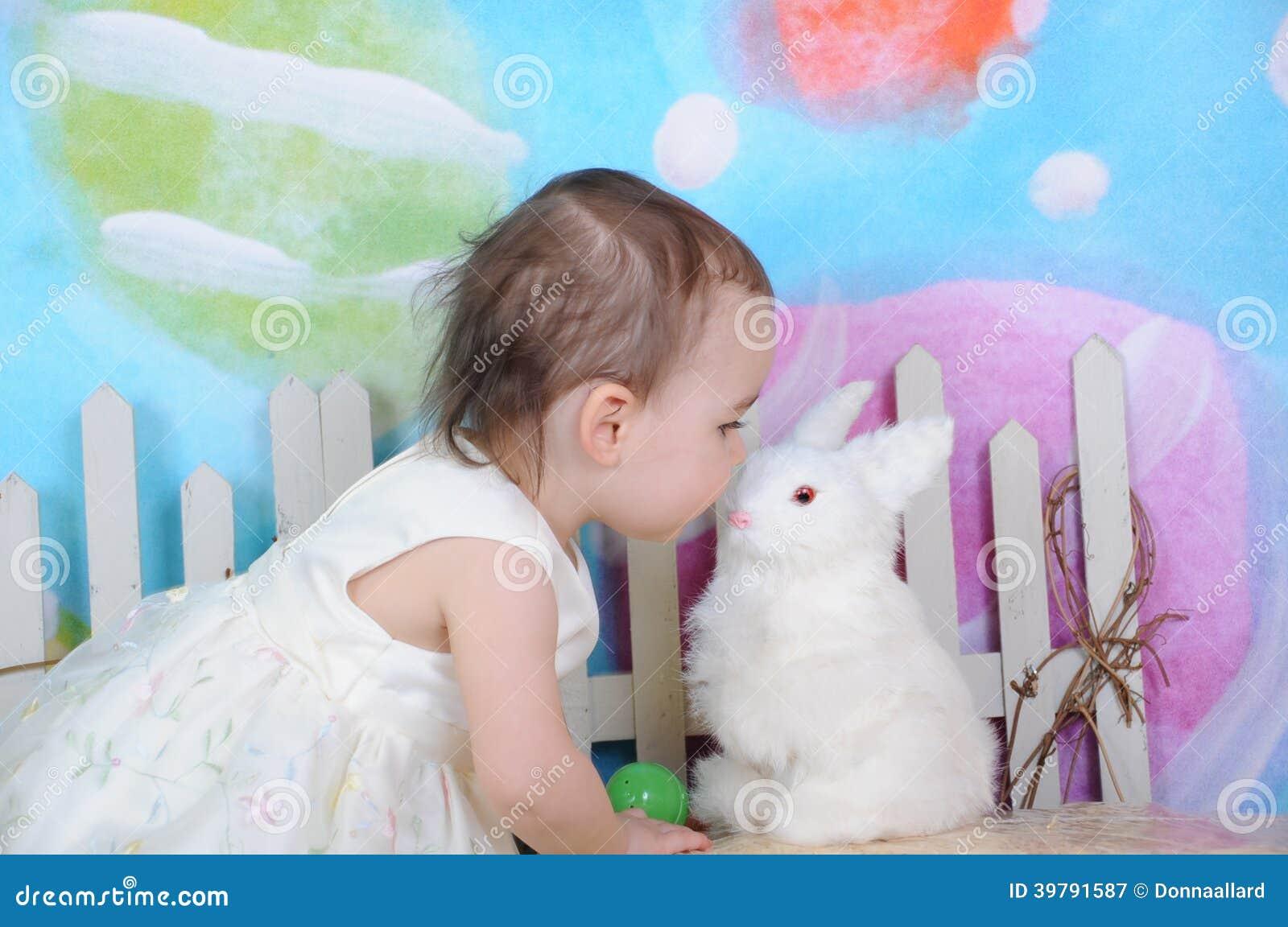 Kussen Voor Peuter : Mooi peuter het kussen konijntje in pasen tijd stock afbeelding